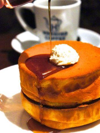 「星野珈琲店」は、フワフワのスフレパンケーキが評判の喫茶店。 北海道から熊本まで全国に展開し、パンケーキブームの一翼を担っています。 最近はどんどん店舗数が増えて、ファンも急増しているんですよ♪