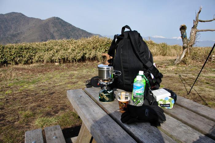 キャンプにバーナーは必需品。一台あるだけで、モーニングコーヒーからランチ作りまで楽しめます。