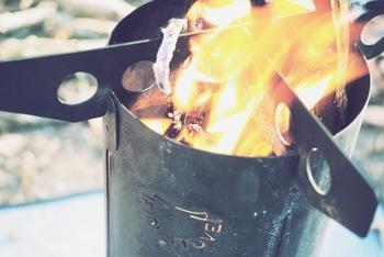 スイス製でコンパクトに収納できる人気のアウトドアクッカーです。少しくらい湿った木の枝や葉なら、燃焼後は灰になります。調理はもちろん、暖をとるのにもぴったりのアイテムです。