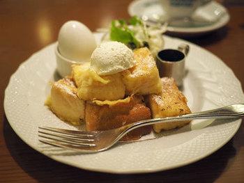 基本のモーニングサービスはドリンク料金のみで厚切りトーストとゆで卵が付いてくるという名古屋スタイル。もちろん朝ならではのセットもあり、こちらはフレンチモーニングセットです。