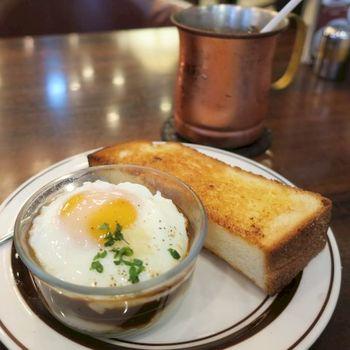 モーニングサービスは11時まで。マッシュポテトの上に半熟卵を乗せたエッグスラットモーニングも人気です。パンにのせて食べるのがおススメだそうです。