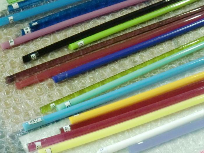 作りたい色のガラス棒をバーナーで溶かして作っていきます。豊富な色で迷ってしまいそうですね。