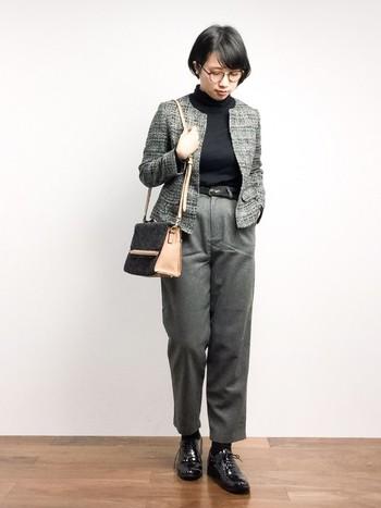 ノーカラーのジャケットは、女性らしくきちんと感が出るのでオフィスカジュアルにぴったりのアイテムです。パンツを合わせてアクティブな印象をプラス。