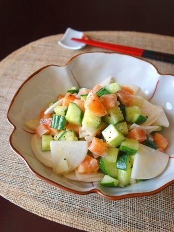 刺身用サーモンに、カブと柚子の香りが効いたほんのり和風のセビーチェです。