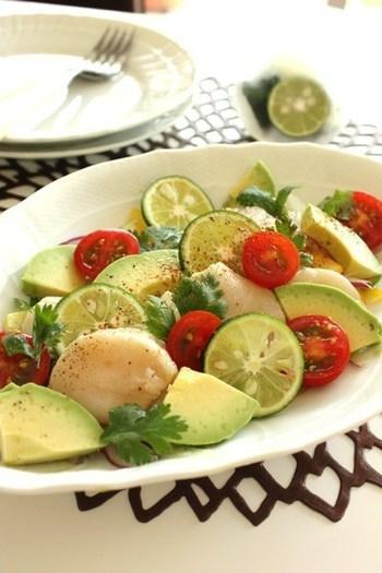 ホタテにすだちを効かせた一皿です。ミニトマト、アボカド、紫玉ねぎなどたっぷりの野菜と合わせて、サラダ仕立てに。