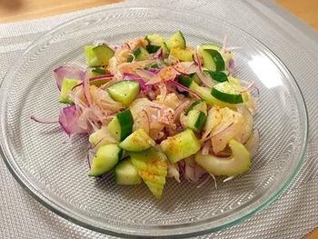 まずは基本の一皿。タイなどの白身魚に野菜をあわせて、レモンとオリーブオイルであえます。パプリカパウダーの彩もきれい。辛いのが好きな方は、チリパウダーにアレンジしても◎