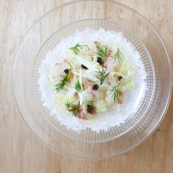 ガラスのお皿を使うと涼やか。白身魚にフェンネルで彩良く、キャビアをのせてスペシャル感たっぷりの一皿。