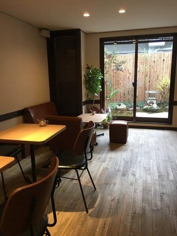 "「Okaffe kyoto」は、""バリスタ界のエンターテイナー""こと、岡田彰宏氏による、今注目の京都の人気カフェ。 坪庭に面した店内は、小じんまりとしながらも明るく、京都らしい落ち着いた空間で、ゆったりと寛げる雰囲気。"