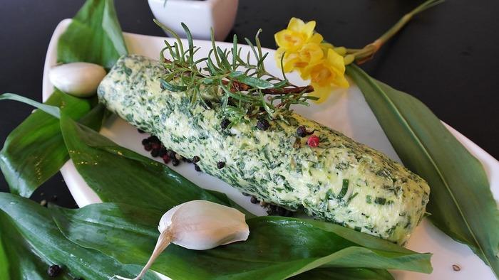 ハーブとニンニクの入った「ハーブバター」。フランスパンに塗ったり、お料理にも使える万能バターです。