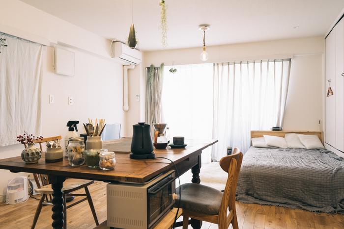 大きなベッドに大きなダイニングテーブルを置いて…。置く家具を限定すればスペースを広く見せることができます。 工夫次第でワンルームでも開放感のある雰囲気に。 <画像提供:goodroom>
