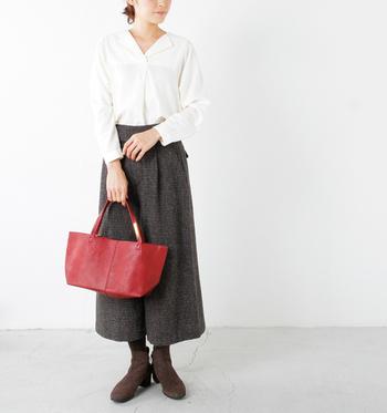 モノトーンの差し色として取り入れやすいアイテムはバッグ。特にパリジェンヌ風のモノトーンに合わせるなら、エスプリを感じさせる落ち着いた赤がおすすめです。