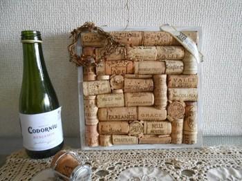 ワインコルクを並べてボンドで固定すればコルクボードに。ワインのシミやオープナーの跡がヴィンテージ感たっぷり♪こんな風に四角いフレーム敷き詰めるのもいいですね!
