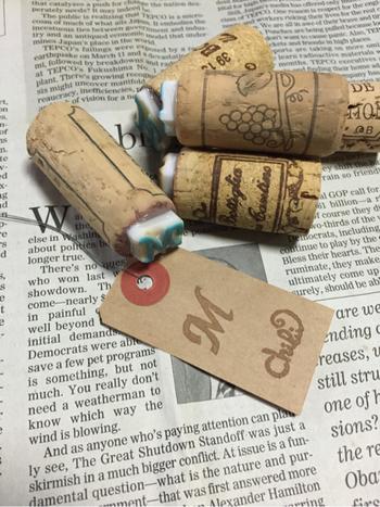 ワインコルクを直接彫るのも良いですが、消しゴムを彫ったものをボンドやグルーガンでくっつけて、スタンプの土台として利用しても良いですね!