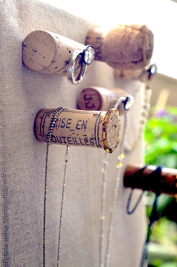 ワインコルクがまだそんなに無い場合は、こんな風にフックのようにボードに取り付けるアイデアも。