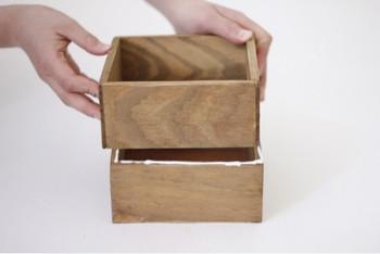 木箱の一つは底板を切り抜いて。重ねると深さのあるボックスになります。