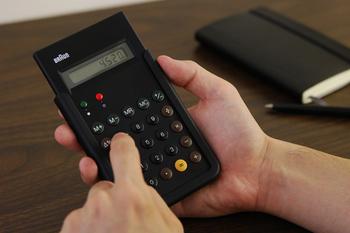 """1987年に発売した""""名作""""と称される電卓「ET66」は、押しやすいように膨らみをつけた丸いボタンが特徴。シンプルで実用的なデザインは、実際に使ってみるとその使い勝手の良さを実感します。"""