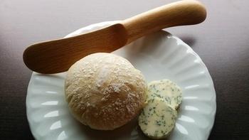 ハーブのディルと合わせた「ディルバター」は、爽やかな香りがパンはもちろん、お魚料理と相性抜群です。