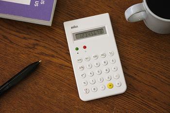 かの有名なApple社も影響を受けたと言われるBRAUNの電卓。機能性とデザイン性の高さは、しばしばiPhone内蔵の計算機デザインと比較されることもあります。