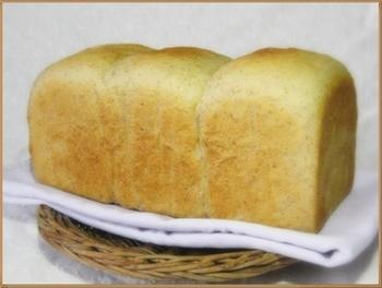 牛乳の代わりにバターミルクを入れた、食パンのレシピ。手作りパンに、手作りバターをのせて食べるなんて、とても贅沢ですね♪