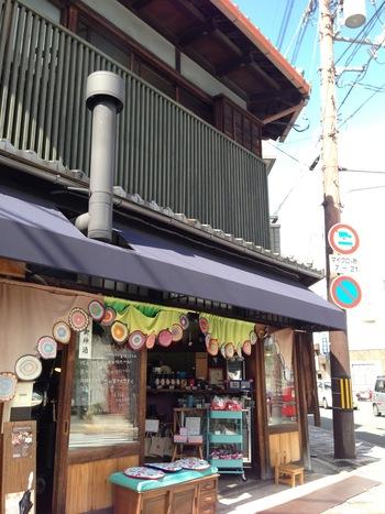 """京都にある""""築約100年""""の町屋を改装して出来た自家焙煎コーヒー販売店。世代関係なく色々な人々が集い、毎日ワクワクするような出会いが生まれるお店を目指しているそう。「コーヒー生豆鑑定マスター」と呼ばれる専門の人が、世界各地から探し出してきた雑みの無いクリーンなスペシャルティコーヒーがそろいます。"""