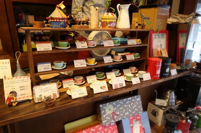 お店に入ったとたん「かわいい!」と思わず言ってしまうこと間違いなさそうな、レトロポップな雰囲気の店内。オーナーのオリジナルなセンスが光ります。カフェスペースはありませんが、世界中から厳選して集められた香り高いコーヒーに出逢えます。