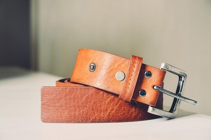 カシメは、革につける丸い金具です。専用の打具と、打ち台を使って、金づちで打って留めます。
