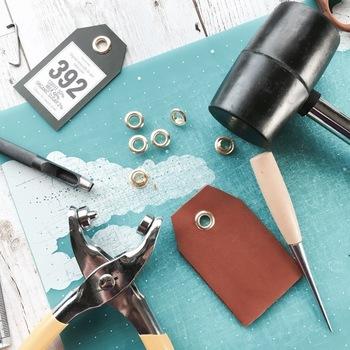 穴をあけて、ハトメをつけます。ハトメもハトメを留める道具も100円ショップで購入できますよ。