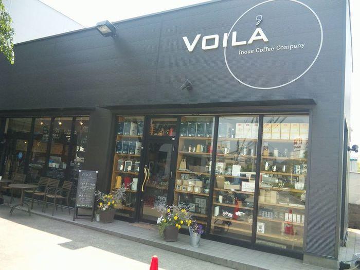 """ヨーロッパでカフェ・ロースターを探訪した経験を持つ井ノ上さんが、奥さんの実家の自転車店の横で密かに始めたのがヴォアラ珈琲。その味は知人から徐々に広まり、現在では霧島国分本店と鹿児島市内に3店舗を運営しています。井ノ上さんは""""生涯 焙煎人""""の名の元、コーヒーの国際品評会の審査員もされています。"""