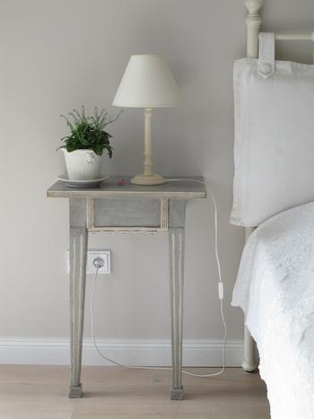 洗練された印象のあるベッドルームに、シャビーテイストのサイドテーブルを置くだけで、お部屋のポイントになります。