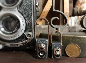 革や金具を接着剤で貼り付けるだけでできる、カメラの形のオーナメントです。