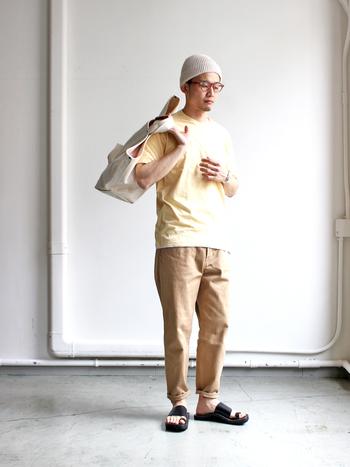「イエロー」といっても濃淡や鮮やかさはさまざま。このくらい柔らかなクリームイエローなら、普段あまりカラーアイテムを着ない人でも取り入れやすいと思います。