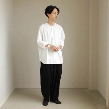 リラックスムード溢れるモノトーンコーデ。シャツとパンツの絶妙なゆったり感がポイントです。ノーカラーシャツなら「制服っぽい」印象にもなりません。