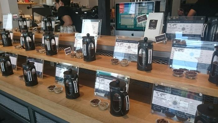 店内には様々なコーヒーが並びます。どれにしよう?と迷ったときは、迷わずスタッフのおすすめを伺ってみましょう!きっとあなたにおすすめのフレーバーに出逢えるはず。そして何より嬉しいのは試飲してから購入できるというシステム。