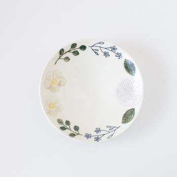 ダリアなど3種類の草花が円形に描かれている、キュートな印象のお皿。色合いがハデすぎないので、落ち着きがあり女性らしいですね。