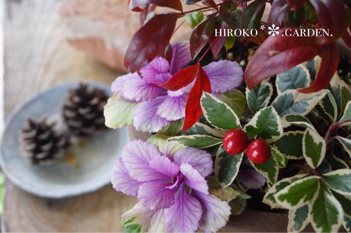 秋〜冬バーション。 ハロウィンやクリスマスを少し意識して白や赤をベースにしたものです。お正月にも似合う雰囲気にしておくと長く置けますね。 赤い木の実がポイントになっています。色、高さ、低さ、長さを意識して全体をイメージすることが大切です。