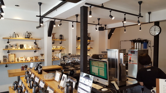 こじんまりとした作りにもかかわらず、湘南らしいさわやかな開放感があります。旧店名【かさい珈琲・湘南辻堂】の時代からの常連さんはもちろん、親しみやすい雰囲気とコーヒーの香りに、思わずにふらりと立ち寄りたくなる、そんなお店です。