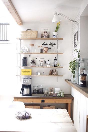 白い壁とアンティーク調の家具。そのコントラストがきれいです。雑貨や小物なども、それぞれのよさを引き出せるような統一感のある収納方法も真似したくなります。
