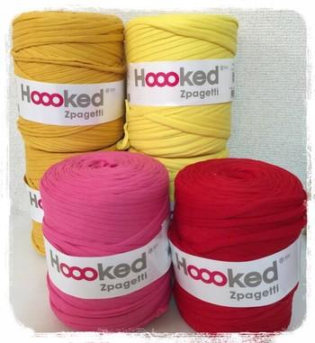 正式名称は「Hoooked Zpagetti(フックドゥ ズパゲッティ)」。Tシャツやカットソーなどの端材を細く糸状に加工したエコアイテムで、毛糸ではなくTシャツヤーンという種類の編み糸です。