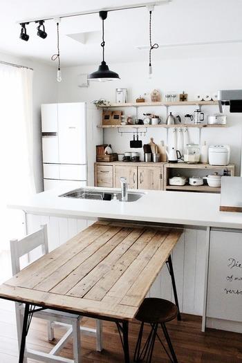 こちらはフレンチシャビーに欠かせないアイアン製品やアンティークな家具。ホワイトを基調にした清潔感のあるインテリアは、まさにネオシャビーシックという感じです。