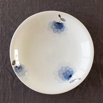 白く柔らかな綿毛がこんもりと盛上がった綿花を青のカラーグラデーションでふんわり表現したお皿。