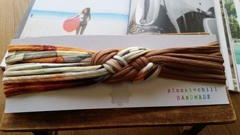 こちらは数本を束ねて、三つ編みのアクセントをつけたヘアバンド。こんな簡単なものでも、ズパゲッティで作れば存在感たっぷり♪