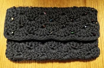 モノトーンにキラキラビーズを編みこんだクラッチバッグ。光に反射するとさり気なく輝きを放ちます。