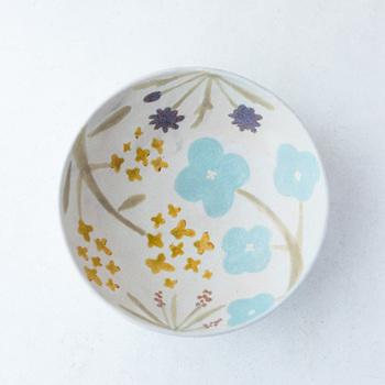 自然豊かな岐阜県飛騨市に工房を構える「MACARON」沖澤真紀子さんは、手描き感が美しい色とりどりの焼き物をつくっています。