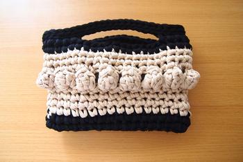 ぽこぽこと可愛らしいパプコーン編みがアクセントになったハンドバッグです。