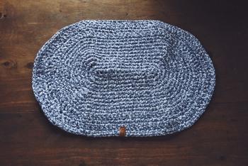 ズパゲッティを使ってザクザク編み込んだラグも素敵です。玄関、キッチン、浴室など様々な場所で使えます。