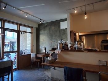 「katte」も隠れ家的な洒落たカフェ。シンプルで洒落た店内は、女子旅にぴったりの寛げる空間です。