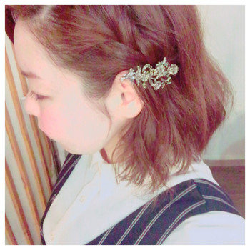 前髪を三つ編み・編み込みにして耳上でピンやバレッタで留めるだけ。 華やかなヘアアクセサリーを使うとヘアアレンジも映えますね♪