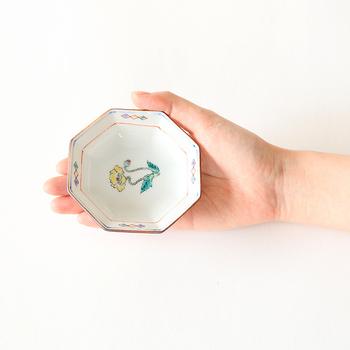手のひらサイズの可憐な小皿は、食卓にはもちろん、小さなアクセサリーを乗せて見せる収納として使うのもおすすめです。