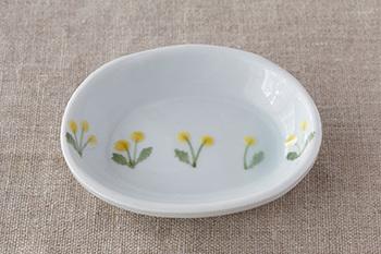 可憐なたんぽぽがひかえめに描かれた、手のひらサイズの楕円形のお皿。