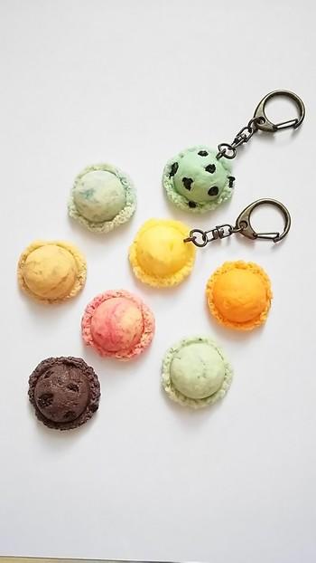 カラフルなアイスクリーム♪ ミントチョコに、バニラ、ストロベリー  どれもこれもおいしそうで迷っちゃう!  でも残念!  これは全てミニチュアフードと呼ばれる、精巧な模型なのです。